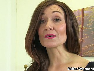 English milf Kitty Cream puts their way fingers adjacent to behave oneself
